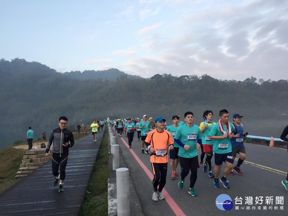 日月潭櫻舞飛揚環湖路跑 4千選手奔馳全台最美賽道
