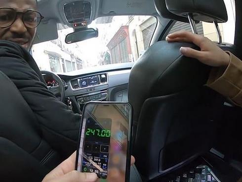 泰遊客被巴黎出租車司機鎖車內要挾高額車費