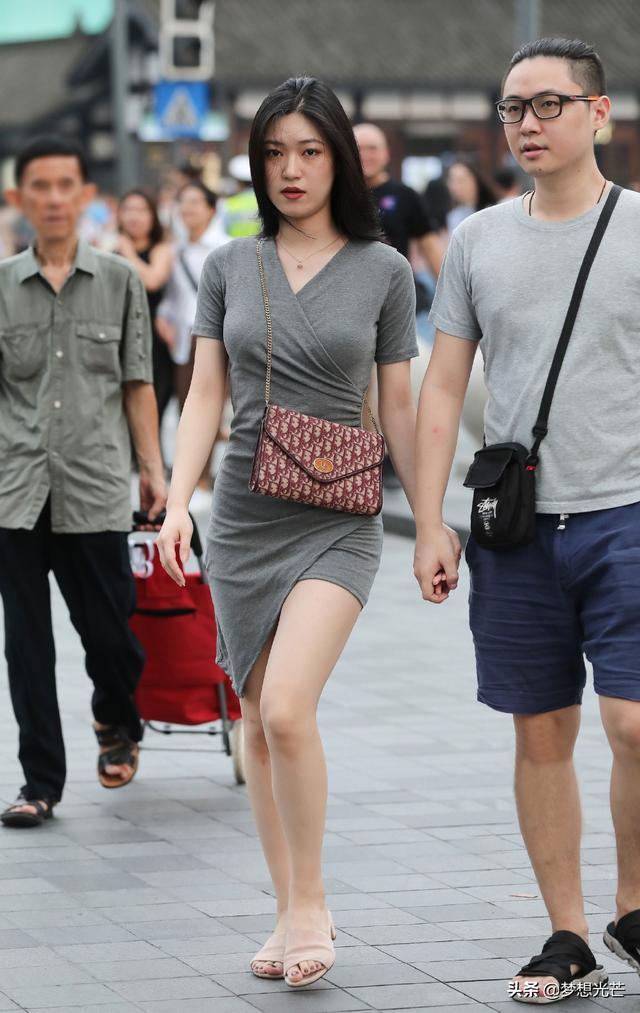 夏日出行,選擇款式個性的短裙