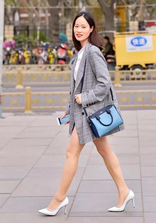 搭配一雙高跟鞋,展現出她的時尚美麗