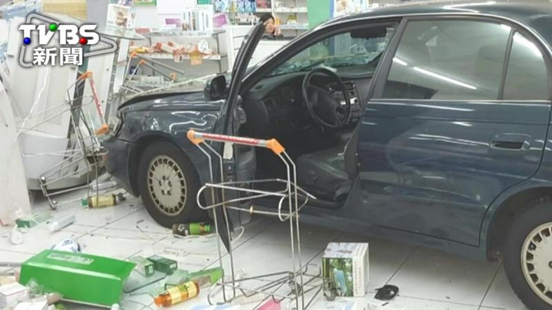 碰!停車衝過頭 車撞藥局撞傷騎士2幼童_珍珠奶茶